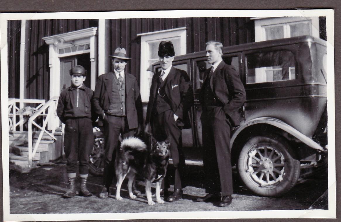 Karl Erik,Henning, Nisse o Otto vid Volvon