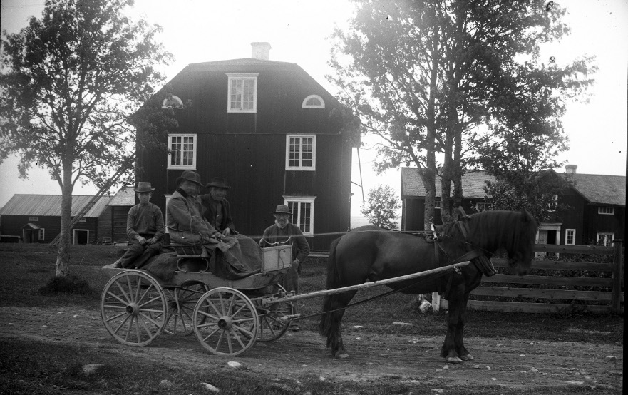 Utanför Per Jons (bortom vagnen)1904