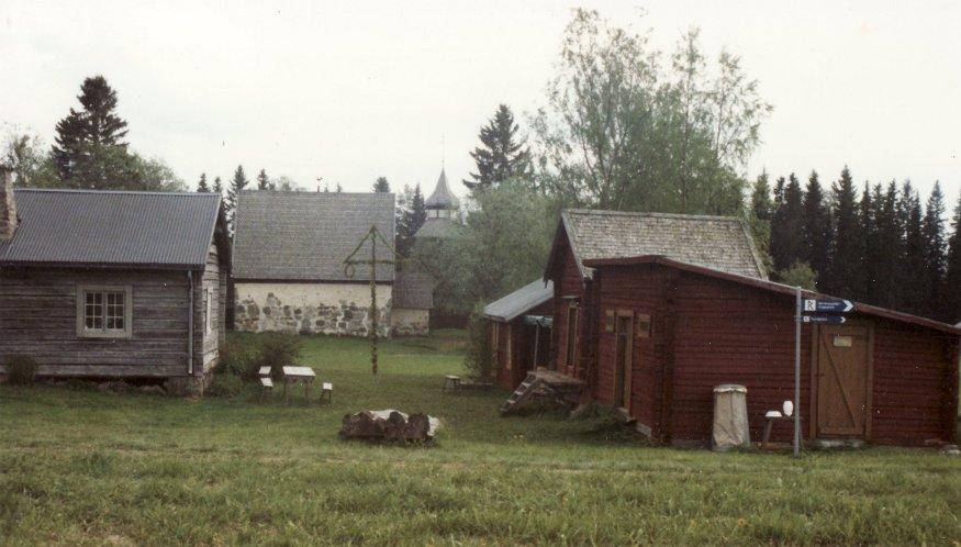 Rustmästargårdens baksida och några uthus vid gamla kyrkan