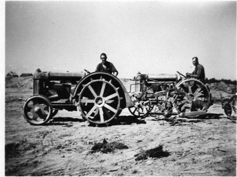 Otto på Nisses traktor och okänd hjälpförare på Ottos traktor år 1937