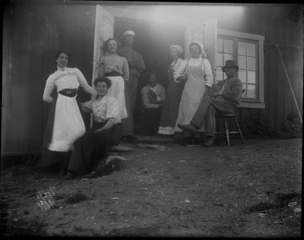 Pensionatspersonal utanför kokhuset