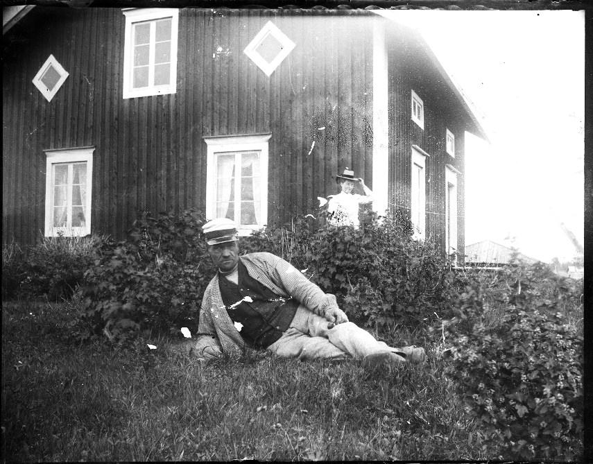 Pål-Hans Nils Hansson, i bakgrunden Anna Pålsson