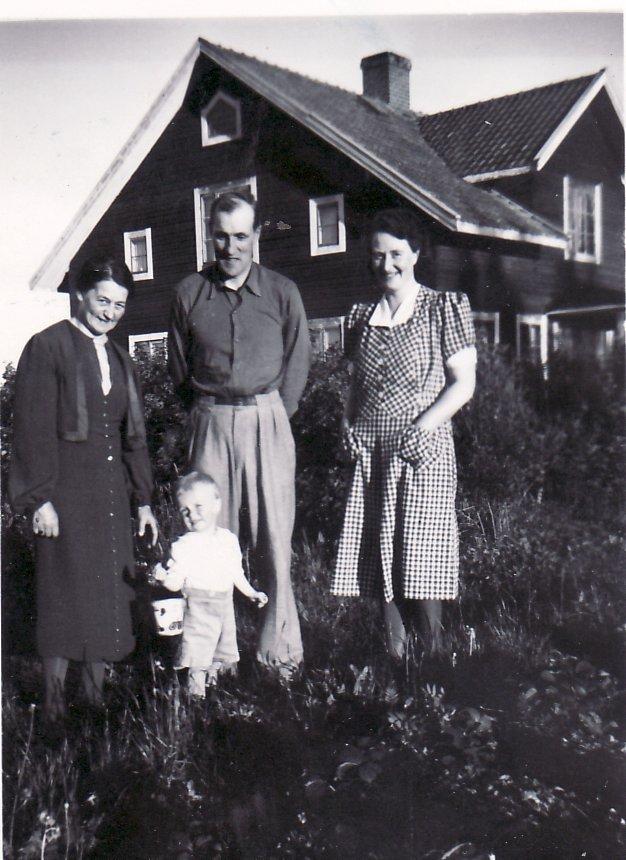 Juli 1943 Nisse, Karin och Jan, Jenny Ericsson till vä