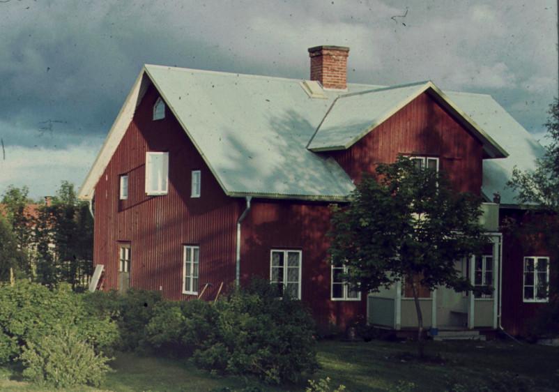 Huset 1964 med alplåttak o vatten-avlopp