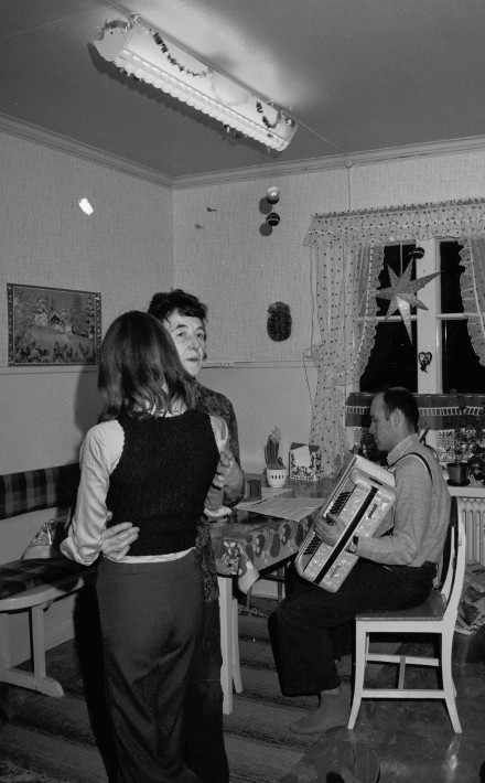 Karin, Inger o Jan i köket julen 1974