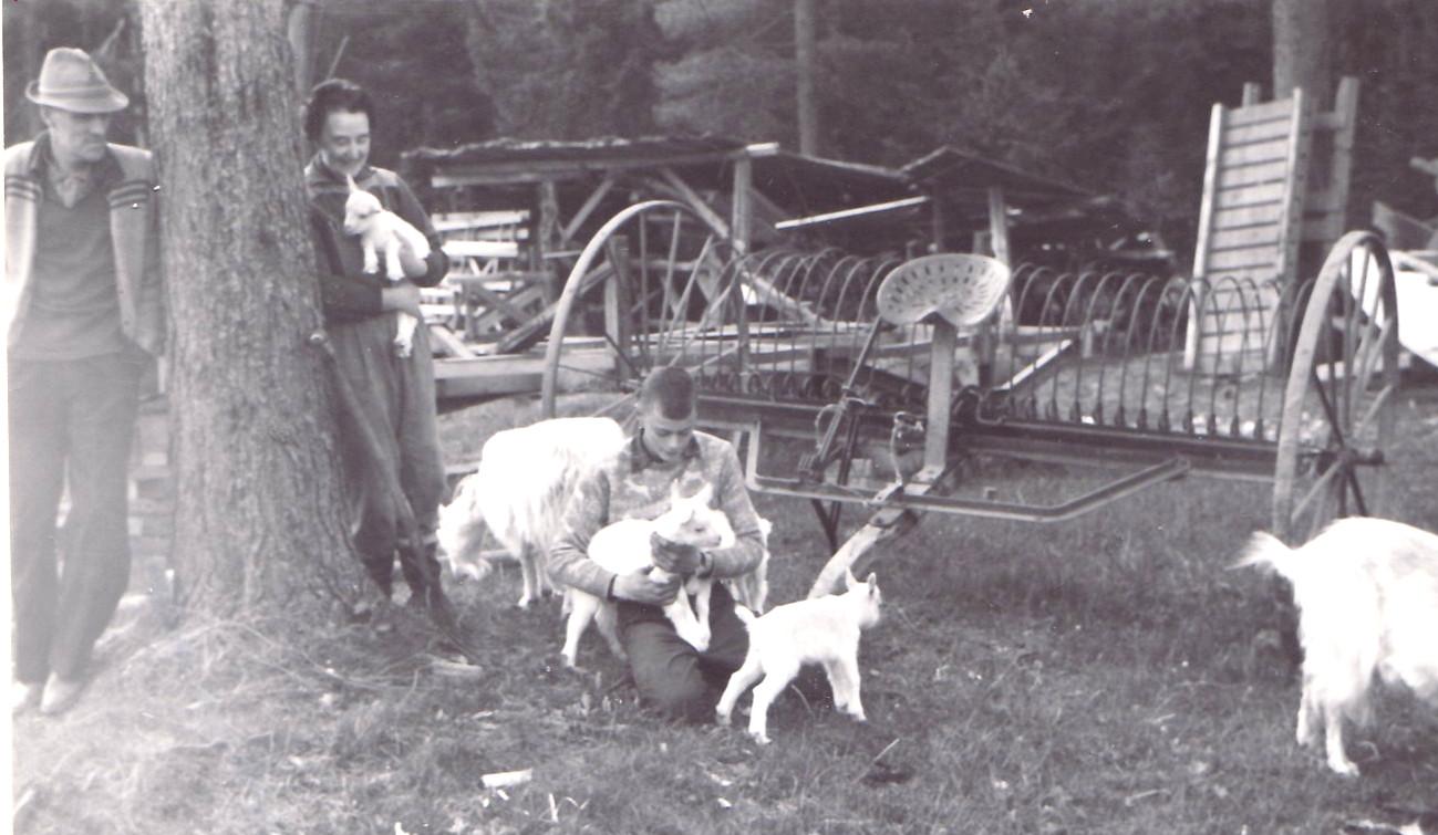 Nisse, Karin, Sven och balansräfsa för traktorn 1962
