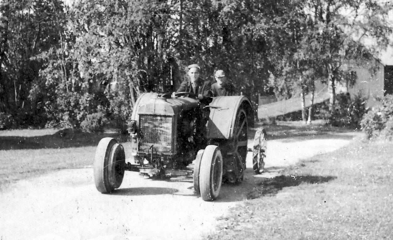 Fordson med Jan och Nisse till slåtter 1958