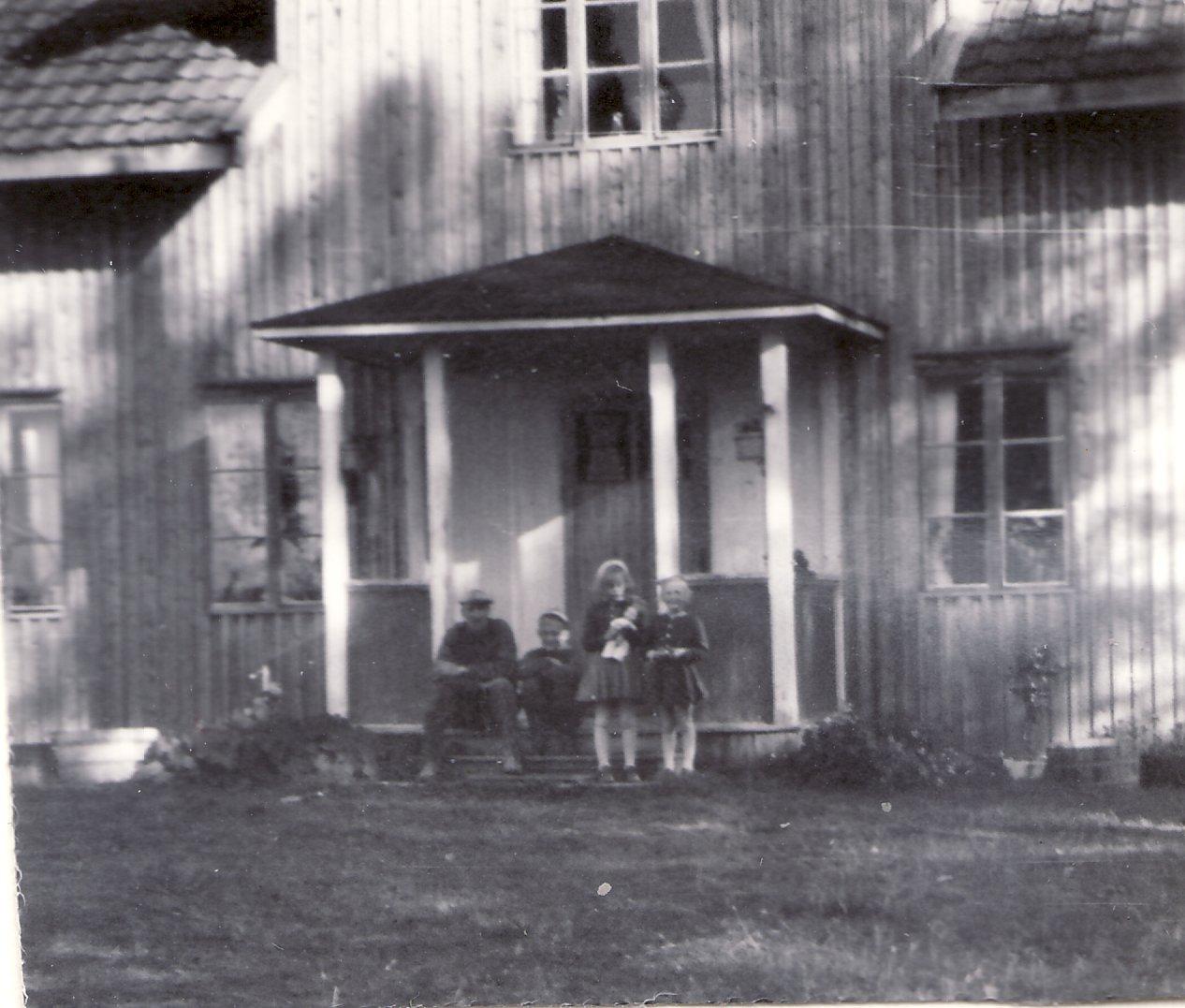 Huset 1952 med Nisse, Staffan, Ingrid Wadsby och Inger