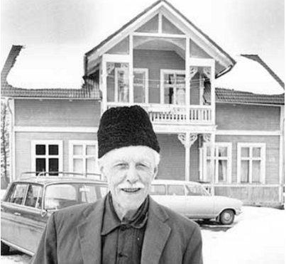 Paul Norling framför mangårdshuset 1970