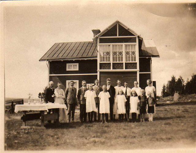 Framför huset på Katrinehill 1924