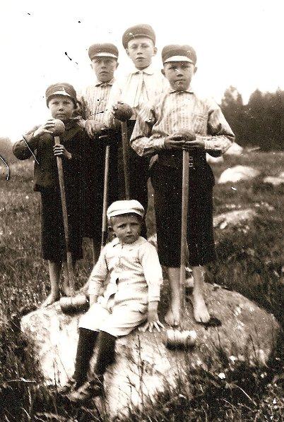 Elias, Nisse, kusin Birger, Otto och lilla kusinen Rudolf Arvidsson 1917