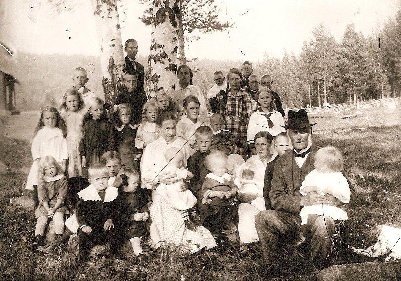 Ingeborg och Nicolaus med ett antal barnbarn