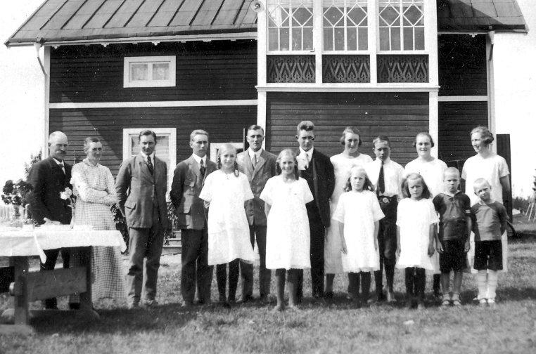 Framför huset på Katrinehill 1925